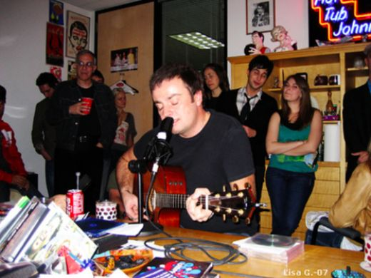 "Rob Dickinson sings ""Crank"" for Hunnypot Radio in 2007"